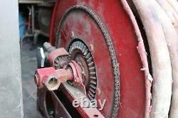 Vintage Automatique Pivotlling Retractable Fire Reel Et Hose Arrière Du Camion